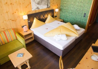 doppelzimmer-zirbenholz-1_elegantes-wohnen-4-sterne-hotel-hubertushof-in-stuben-am-arlberg